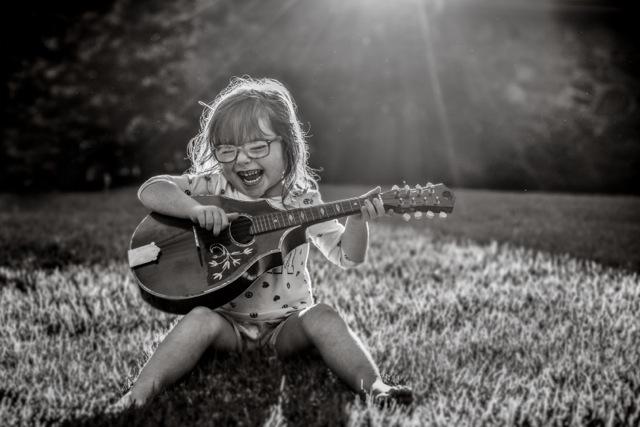 fotografías Kate T. Parker niña tocando instrumento