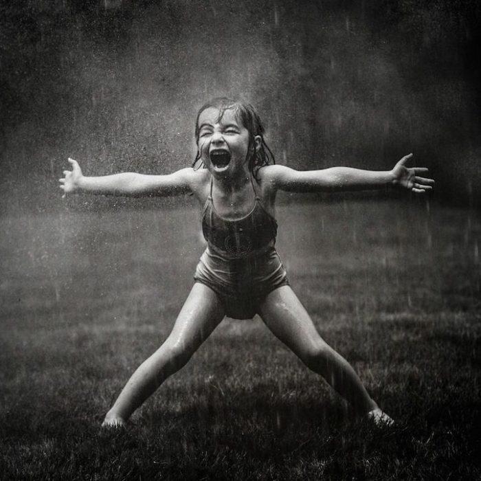 fotografías Kate T. Parker niña en la lluvia