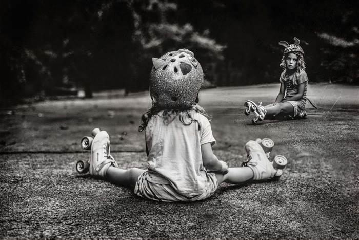 fotografías Kate T. Parker niñas sentadas en el suelo con patines