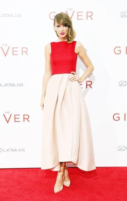 Taylor Swifrt posando en una alfombra roja