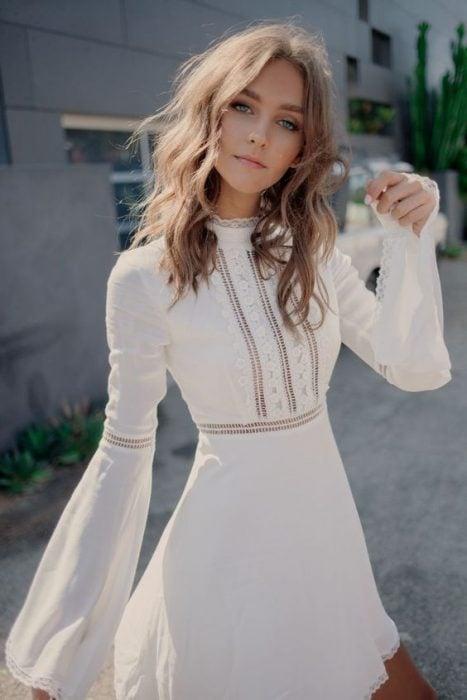 Chica usando un vestido blanco