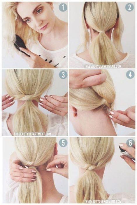 Chica trenzándose el cabello en una coleta