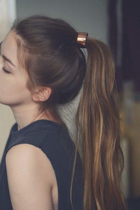 Chica con un accesorio en su cabello