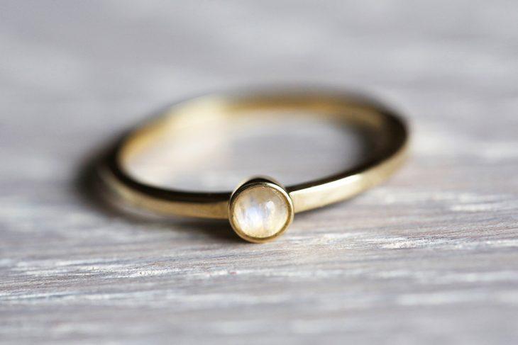 anillo minimalista piedra blanca