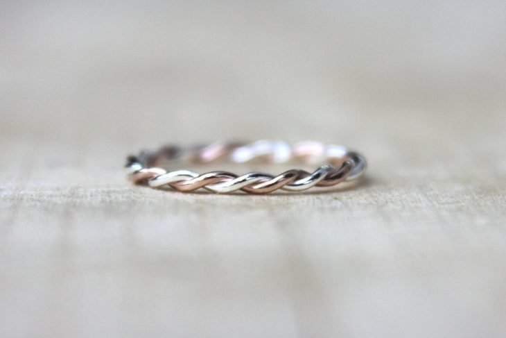 anillo minimalista trenzado