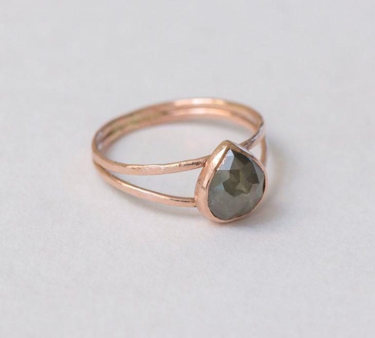 anillo con piedra forma de gota