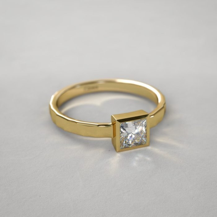 anillo minimalista cuadrado