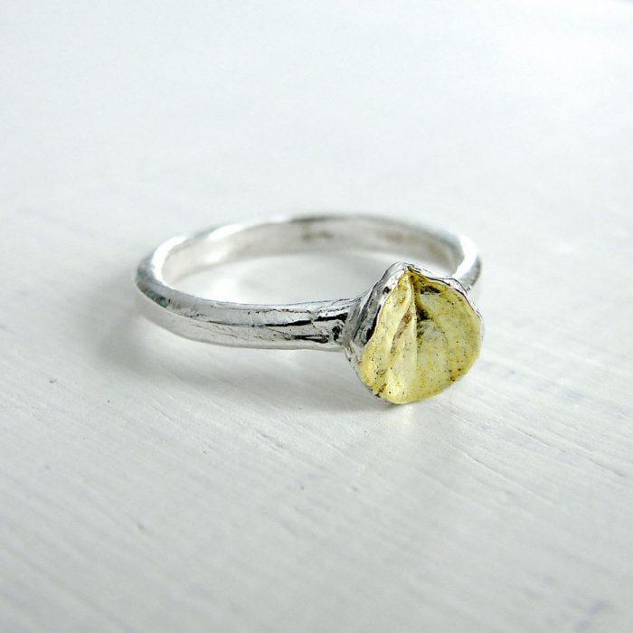 anillo minimalista en forma de hoja