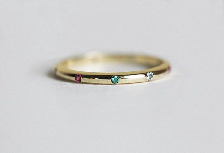 anillo minimalista con tres piedras