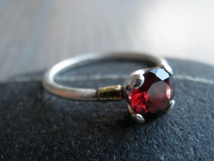 anillo piedra roja