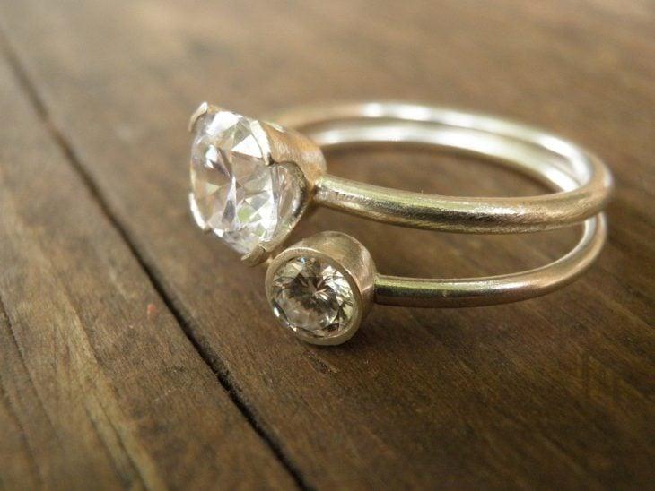 anillo dos piedras