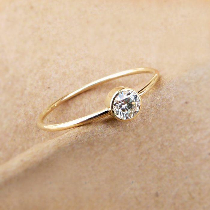 anillo minimalista solitario