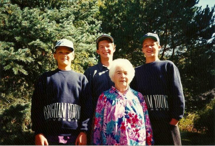 abuela con tres nietos