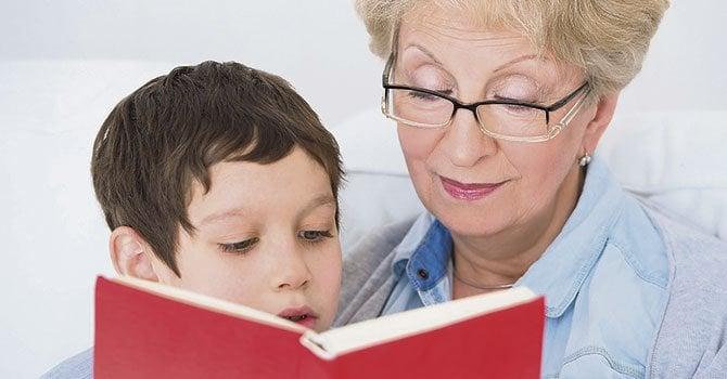 abuela leyendo cuento a nieto