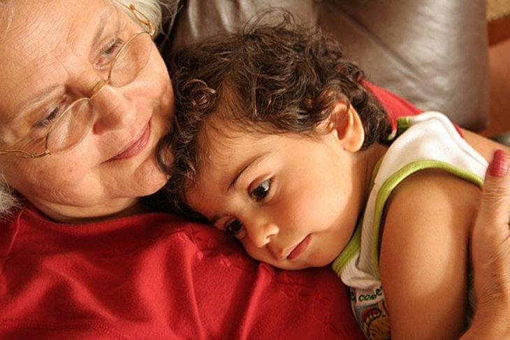 abuela con nieto sobre su pecho
