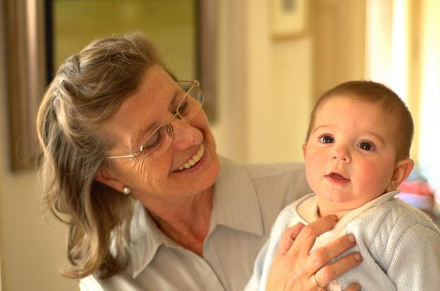 abuela con nieto bebé en brazos