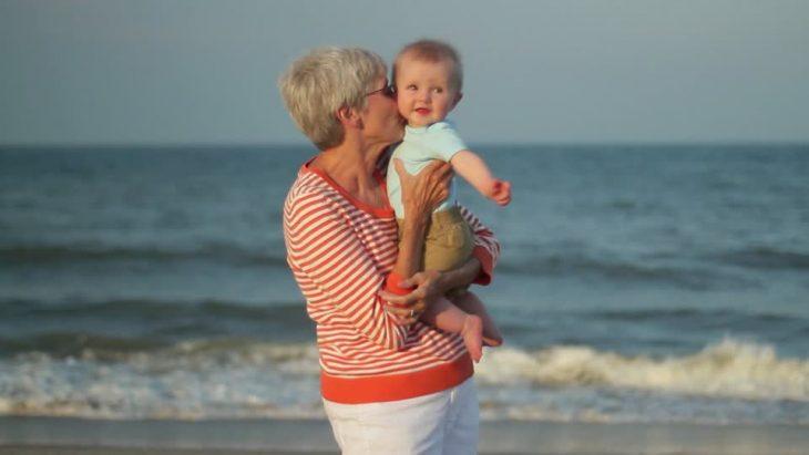 abuela con nieto en la playa