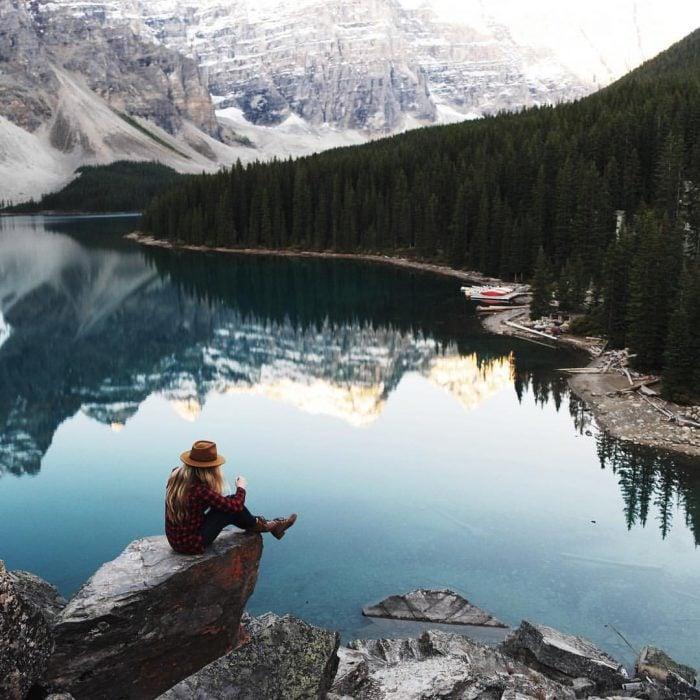 Chica reflexionando frente a un lago