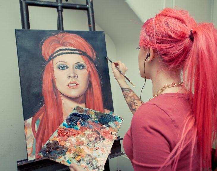 Chica pintando un cuadro