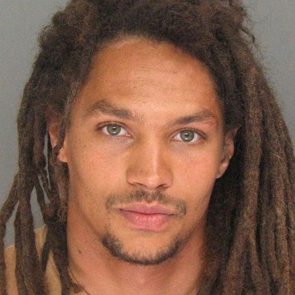 Hombre guapo con rastas que fue considerado uno de los delincuentes más sexys