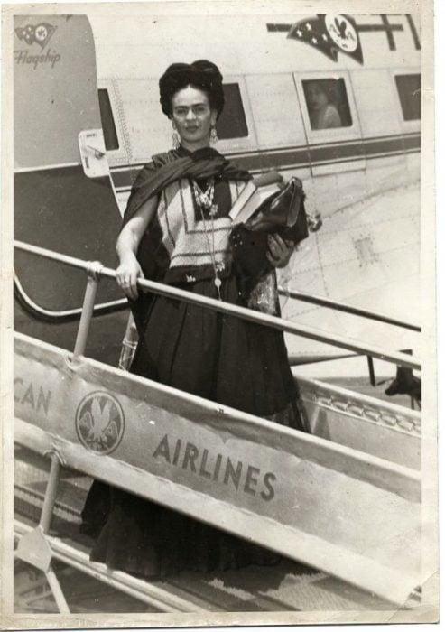 Frida Kahlo bajando del avión en su llegada a Nueva York