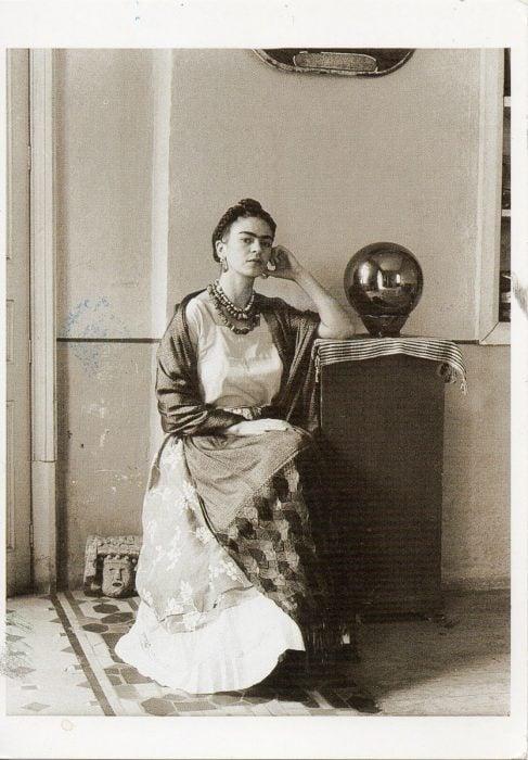 Frida Kahlo en el taller de Manuel Álvarez Bravo en 1932