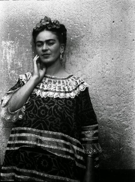 Frida Kahlo fotografiada por leo matiz en su casa de coyoacán