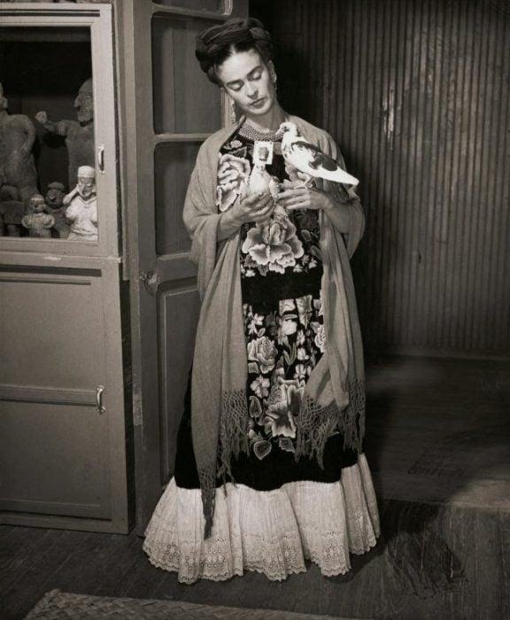 Frida Kahlo junto a un pájaro fotografía por juan Guzman en 1930