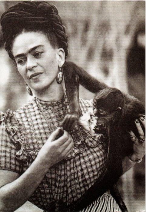 Frida Kahlo con su mono fotografía en la ciudad de México 1944