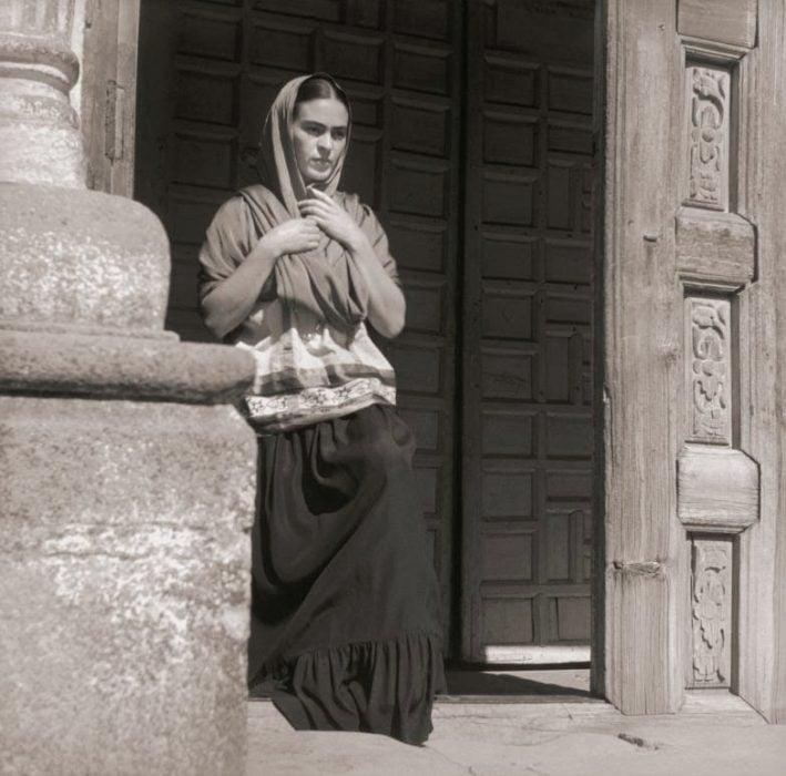 Frida Kahlo saliendo de la iglesia, fotograía de Fritz Henle en 1937