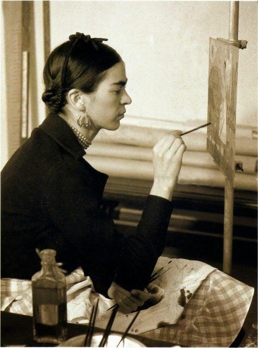 """Frida Kahlo pintando """"Autorretrato en la frontera entre México y los Estados Unidos"""". Fotografía de W.J. Stettler, 1932."""