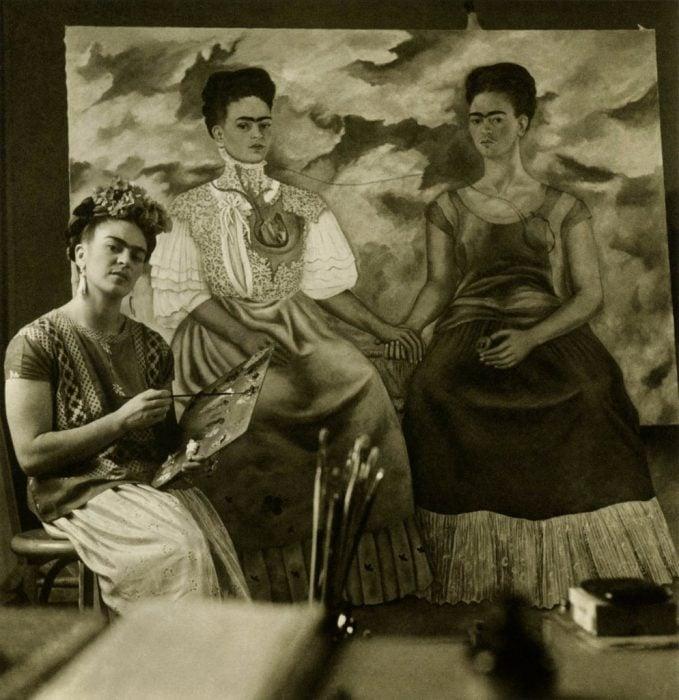 """Frida Kahlo pintando el cuadro """"Las dos Fridas"""""""