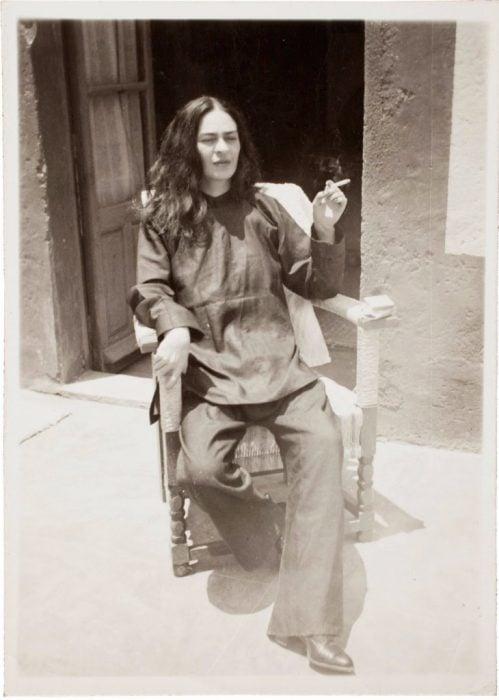 Frida Kahlo sentada en una silla después de una operación en 1946.