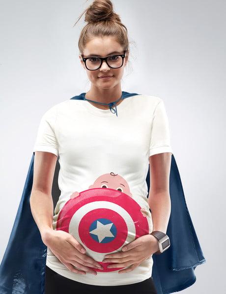Sesión de fotos de maternidad chica con una playera de un super heroe