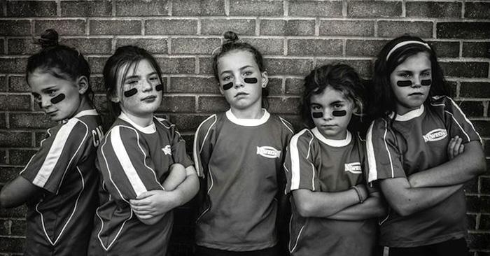 la fotógrafa Kate T. Parker toma fotos a sus hijas sin muñecas o tutús rosa como las típicas fotos, para demostrar que ser fuertes es la nueva belleza