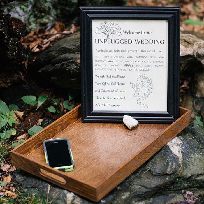 Invitación de una boda donde sugiere dejar los teléfonos celulares