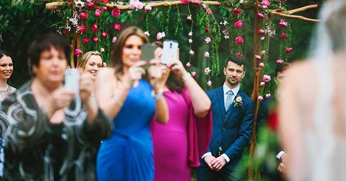 recomendación de un fotógrafo para que los invitados de una boda no saquen sus celulares ya que arruinan la fotos del evento
