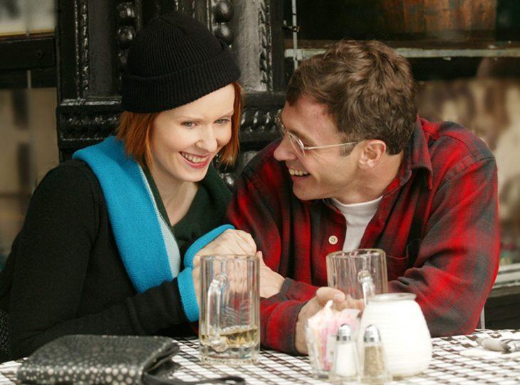 pareja comiendo en restaurante
