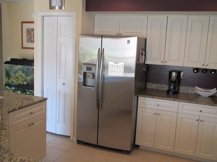 refrigerador con un horario de clases pegado en una puerta