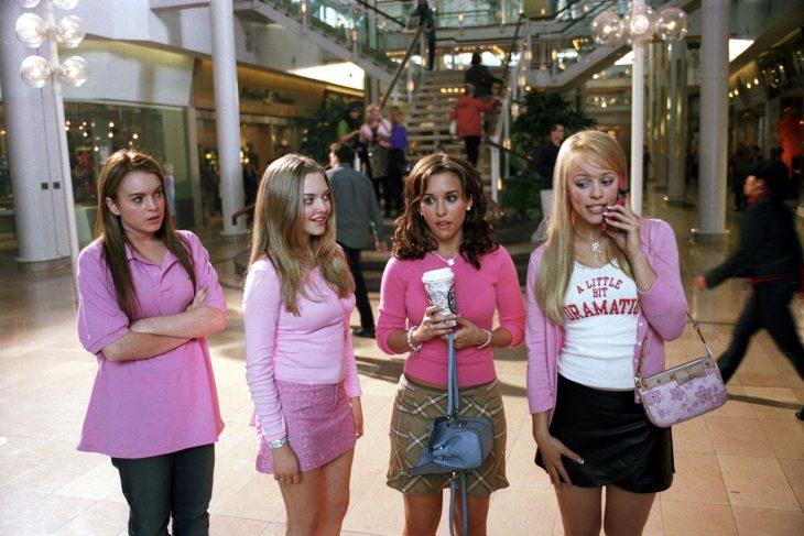Escena de la película chicas pesadas cady viendo a las demás en un centro comercial