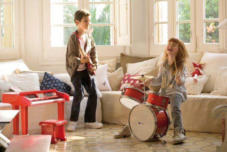 niños tocando instrumentos musicales en casa