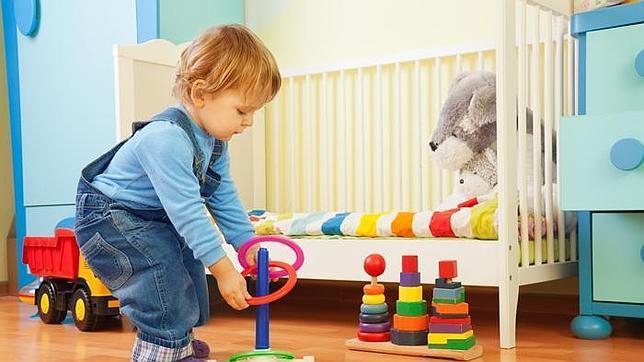 niño pequeño jugando con bloques de madera