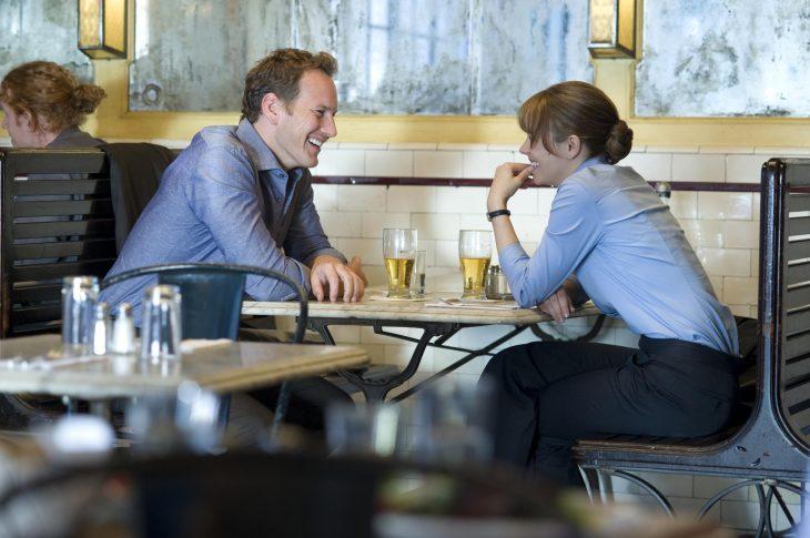 Escena de la película un despertar glorioso pareja conversando en un bar