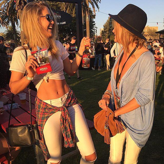 Chicas en un festival de música sonriendo felices