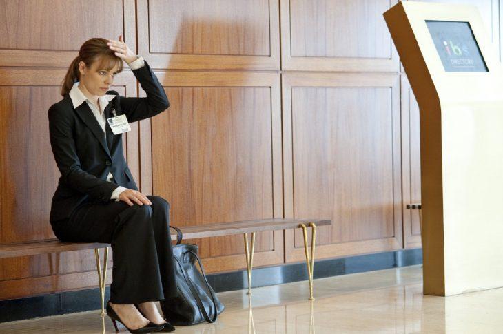 Escena de la película un despertar glorioso chica entrando a una entrevista de trabajo