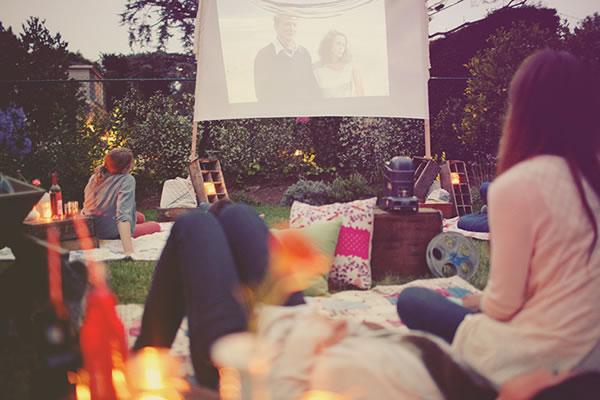 chicas viendo películas al aire libre