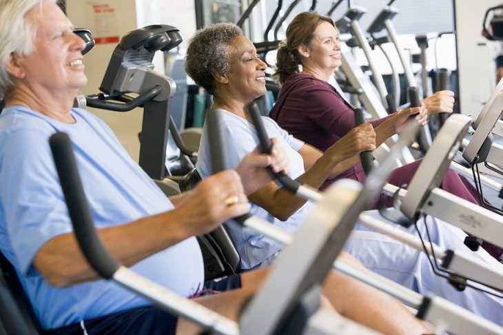 adultos mayores en gimnasio