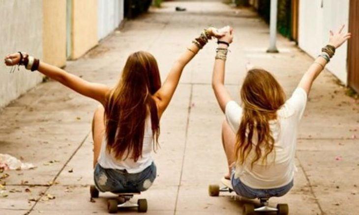 amigas deslizándose en patineta