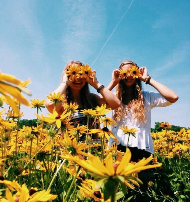 amigas en campo de flores