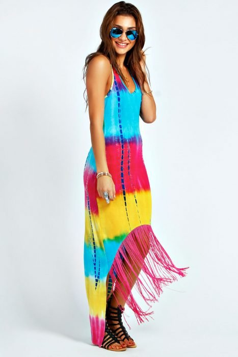 chica con vestido en colores vivos